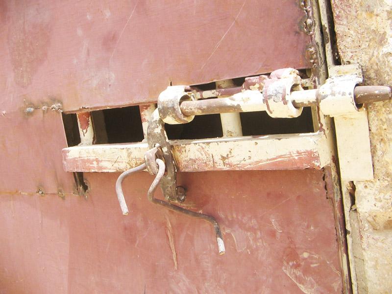 أبواب السجن، وحدها تفتح من الخارج فقط